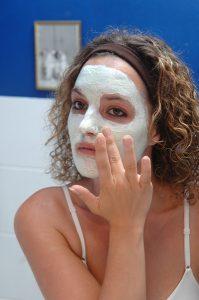 Mit selbst hergestellten Gesichtsmasken können sie Ihre Haut schnell zum Strahlen bringen.